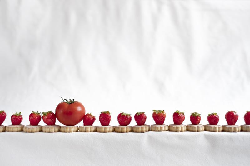 Still life di fragole con pomodoro